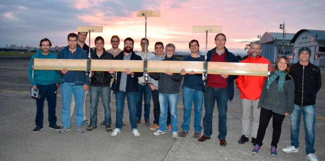 Parte da equipe com o X-HALE-BR de 4 metros de envergadura – primeiro voo / 2017