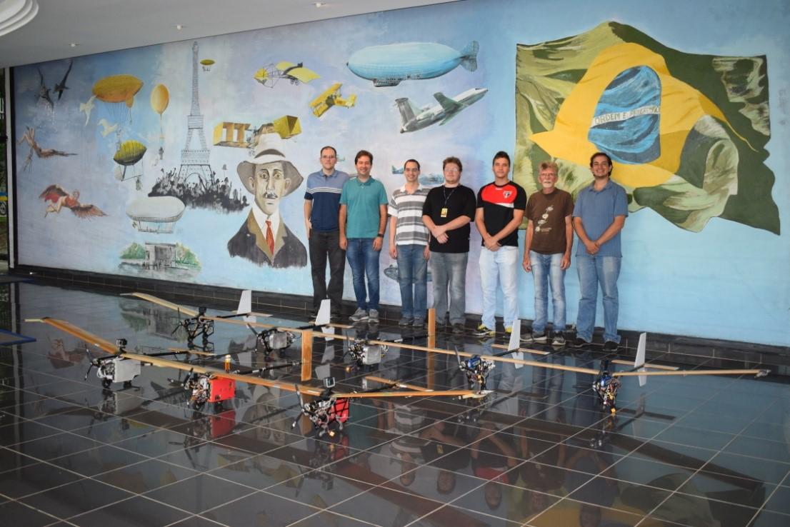 Parte da equipe com os dois protótipos X-HALE-BR